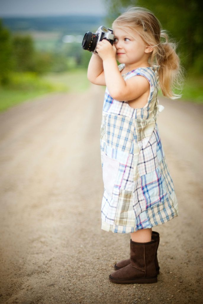 Enfant avec un appareil photo